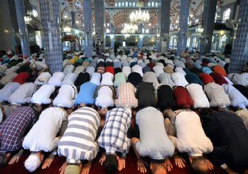 Milyonlarca Müslüman bayram namazı kılmak için camilere akın etti