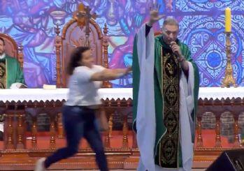 Rahibi sahneden aşağı attı!
