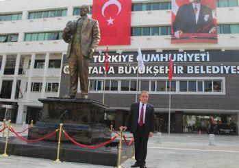 Antalya Büyükşehir Belediyesi girişine Atatürk heykeli