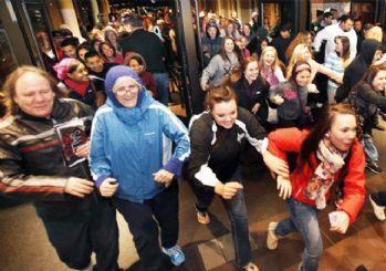 AVM'lerde 'Kara Cuma' kuyruğu: Beklemekten sıkılanlardan alkışlı protesto