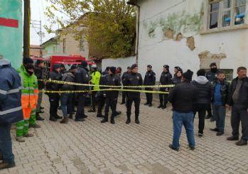 Konya'da 2 katlı kerpiç bina çöktü: İkisi çocuk 3 kişi hayatını kaybetti