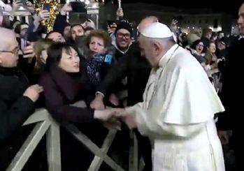 Papa elini çekiştiren kadına vurdu! Özür diledi