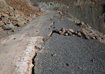 Depremin şiddetiyle asfalt yollarda uzun çatlaklar oluştu
