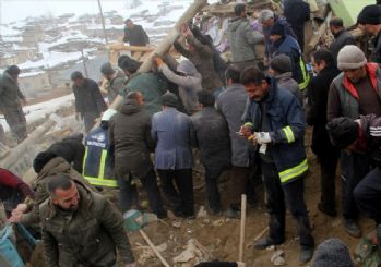 Van'daki deprem sonrası çok sayıda enkaz altında kalanlar var