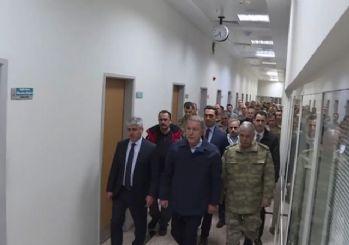 Milli Savunma Bakanı Hulusi Akar, İdlib'de yaralanan askerleri ziyaret etti