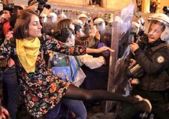 Taksim'de terörist posteri açıp polise saldırdılar