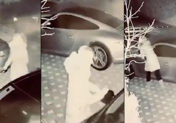 Ece Erken çıldırdı! Arabalara saldırdı, aynaları kırdı