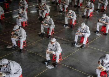 Honda çalışanları, öğle yemeğini mesafeli yiyor