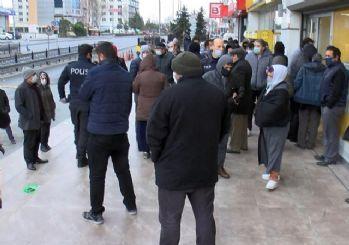 PTT önlerinde kalabalık devam ediyor
