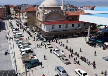 Burdur'da 1 kilometrelik pazar kuyruğu