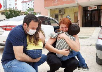Sağlıkçı anne ve baba, çocuklarına gözyaşlarıyla kavuştu