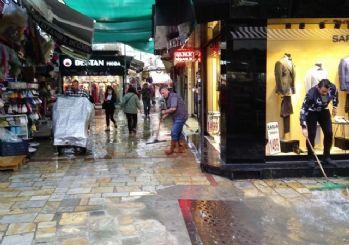 İzmir'de yağış hayatı felç etti, heryer göle döndü