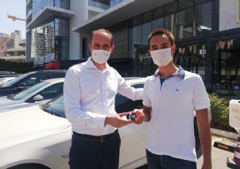 Öğretmen sözünü tuttu: YKS'de birinci olan öğrencisine otomobilini hediye etti
