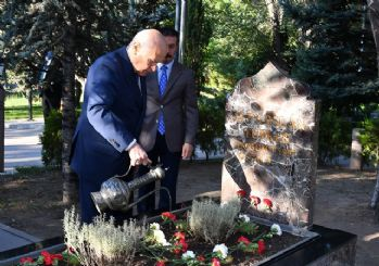 Bahçeli, Türkeş'in mezarını ziyaret etti