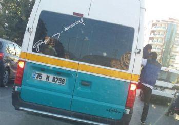 İzmir'de minibüsten taşan yolcular kapıdan sarkarak yolculuk etti