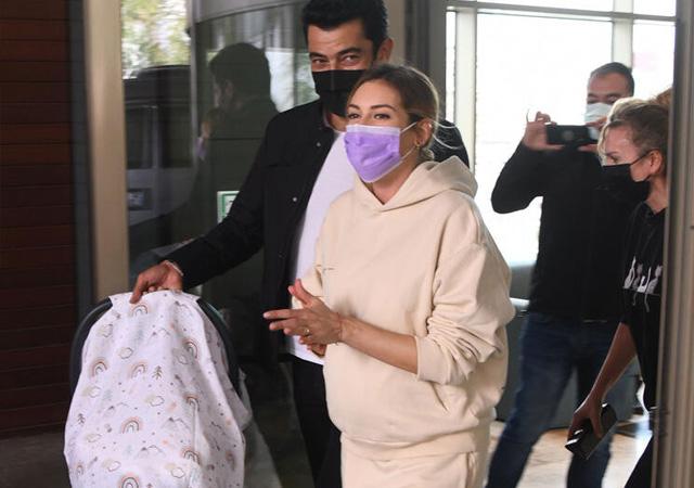 Sinem Kobal kızını kucağına aldı