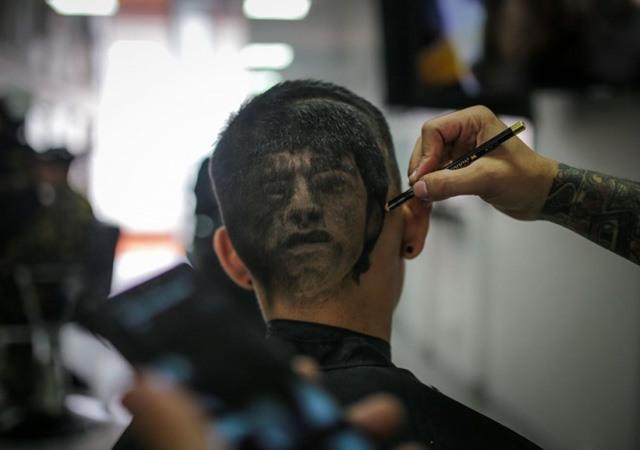 Hayranları Maradona'nın portresini kafalarına kazıttı