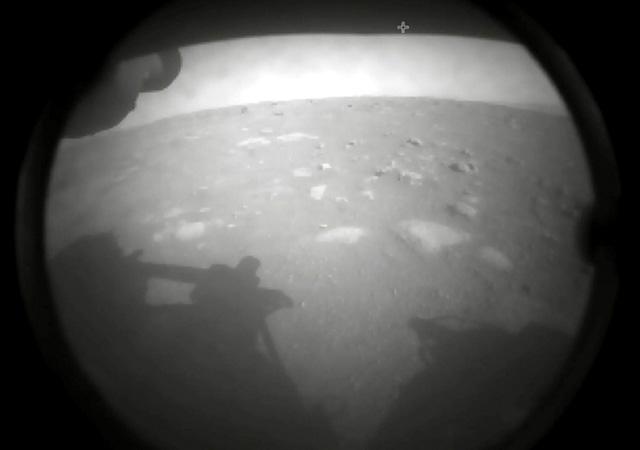 NASA kaşifi Kızıl Gezegen'e indi! Mars'tan ilk fotoğraf...