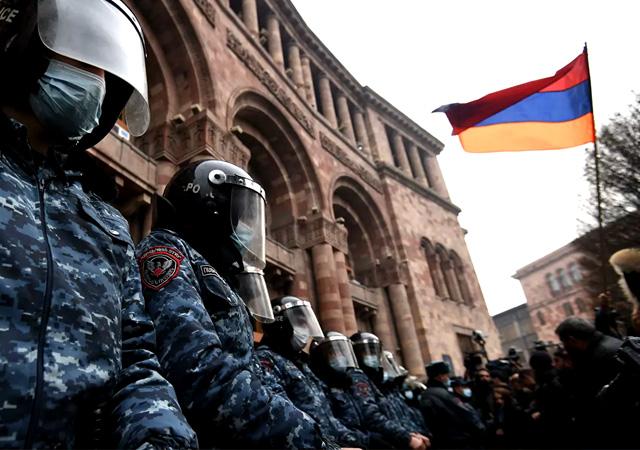 Ermenistan'da protestocular hükümet binasını bastı