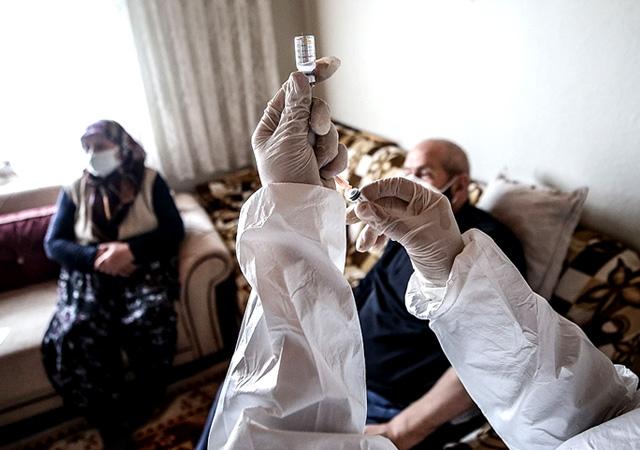 Fahrettin Koca açıkladı: Gençler arasında koronavirüs artıyor