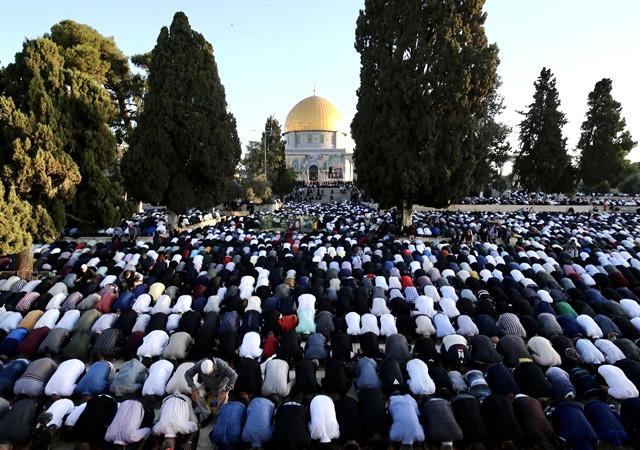 İşgalci israil'e net mesaj! Yüz binden fazla Müslüman Mescid-i Aksa'ya akın etti