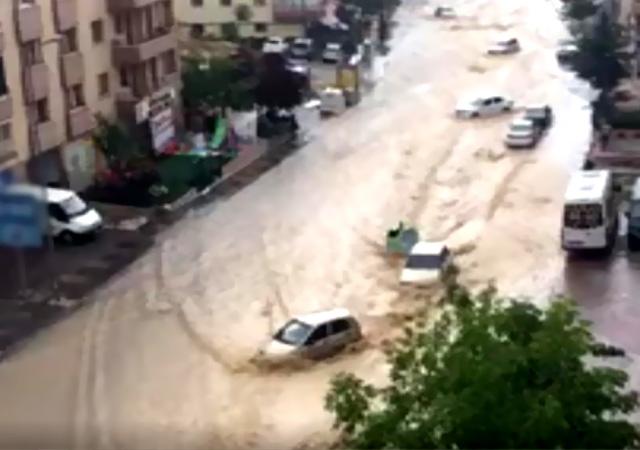Ankara Mamak'ta sel! Araçlar sürüklendi