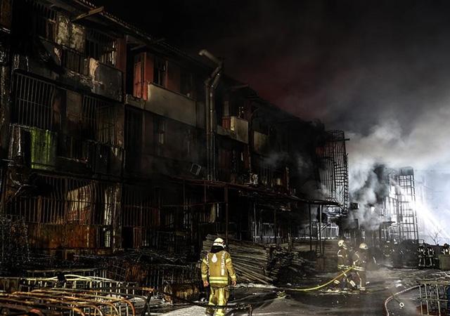 İstanbul'da büyük yangın! 30 dükkan kül oldu
