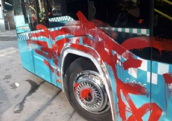 Ümraniye'de otobüse alınmayan yolcu aracı yumrukladı, sonra kırmızıya boyadı
