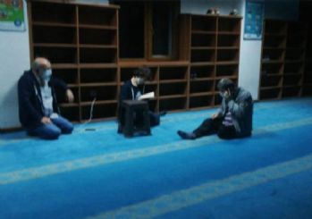 İzmir'de bazı depremzedeler geceyi camide geçirdi