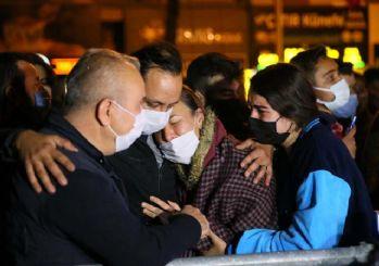 İzmir'de Rızabey Apartmanı'nın önüne karanfiller bırakıldı