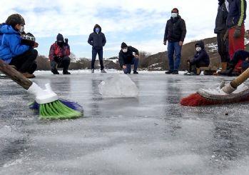 Çocuklar buz tutan Kars Çayı'nda curling oynadı