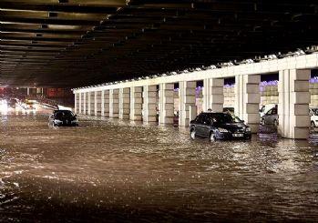 İzmir'i sel vurdu: Dereler taştı, araçlar sular altında kaldı
