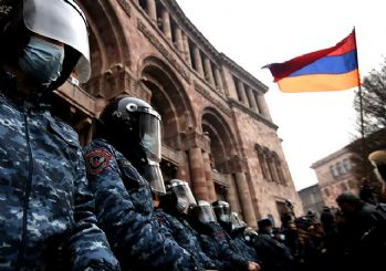 Ermenistan'ın başkenti Erivan'da protestocular hükümet binasını bastı