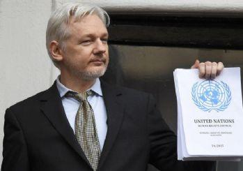 Julian Assange'dan zafer pozu