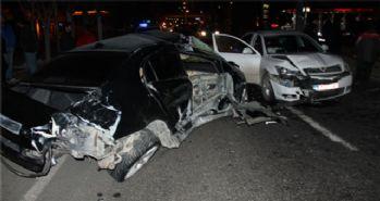 3 araç birbirine girdi: 1'i ağır 5 yaralı