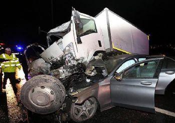 TEM'de otomobilin üzerine kamyonet düştü!