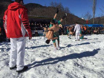 Kar üstünde güreş tuttular