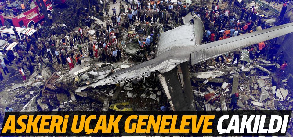 Endonezya'da askeri uçak geneleve çakıldı