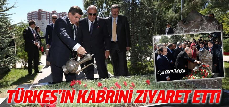 Davutoğlu Alparslan Türkeş'in mezarını ziyaret etti