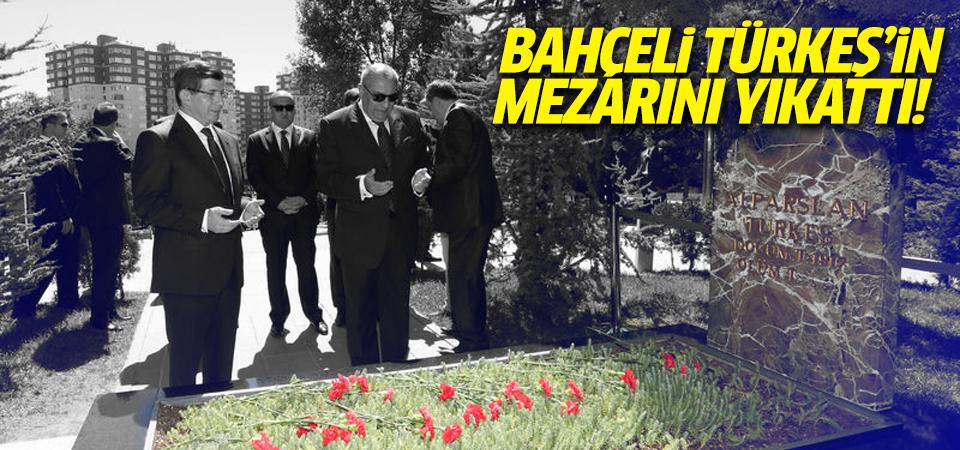 Bahçeli, Türkeş'in mezarını Zemzem'le yıkattı!