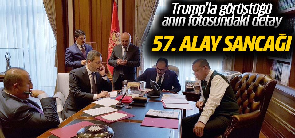 Cumhurbaşkanı'nın fotoğrafındaki 57. Alay Sancağı detayı