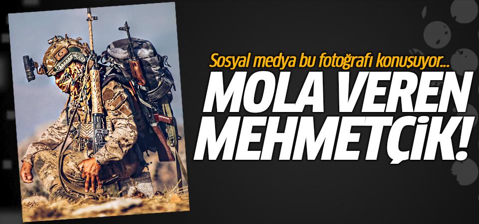 Sosyal medya bu fotoğrafı konuşuyor... Mola veren Mehmetçik!