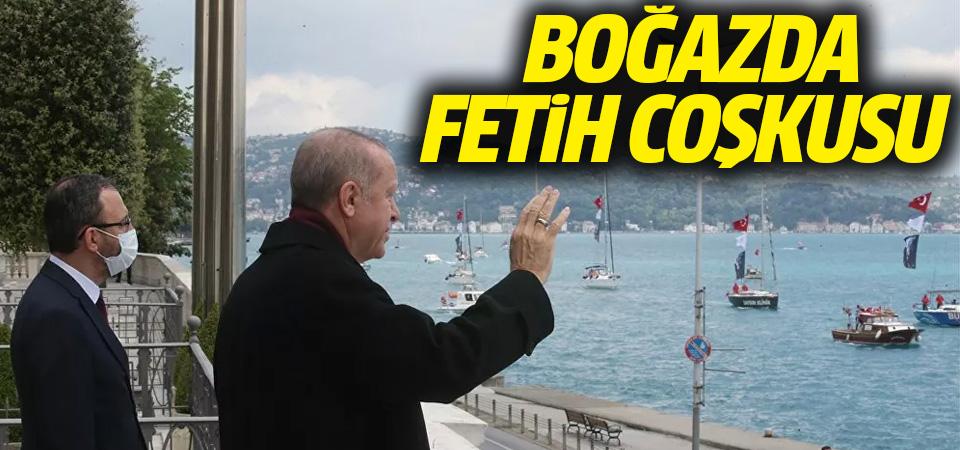 Erdoğan, Boğaz'dan geçen tekneleri selamladı