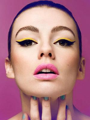 Renkli eyeliner ile rengarenk gözler