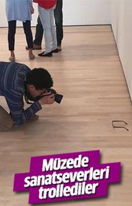 Müzede yere bırakılan gözlük ziyaretçilere tuhaf anlar yaşattı