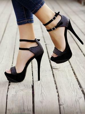 Topuklu ayakkabı kemik çıkıklarına yol açıyor!