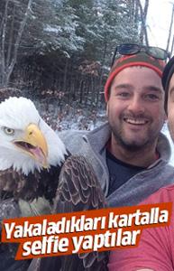 Yakaladıkları kartalla birlikte selfie çektiler!